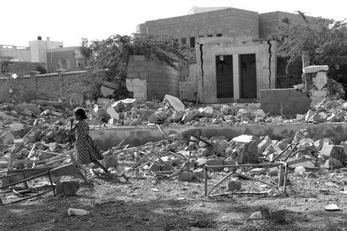 Efectos de los bombardeos de la coalición saudí en un complejo educativo para niñas en Yemen.