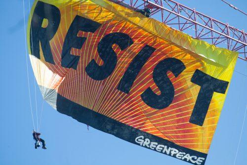 Acción de Greenpeace con la pancarta 'Resist' en la Casa Blanca