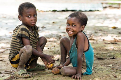 Niños juegan en un poblado de República Democrática del Congo