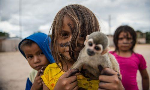 niños con mono en brasil - tapajos