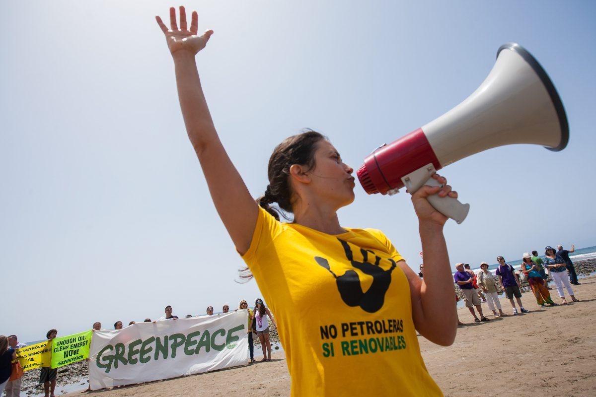 Activista con altavoz y camiseta con la frase No petroleras si renovables