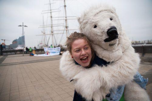 Oso polar peluche y chica