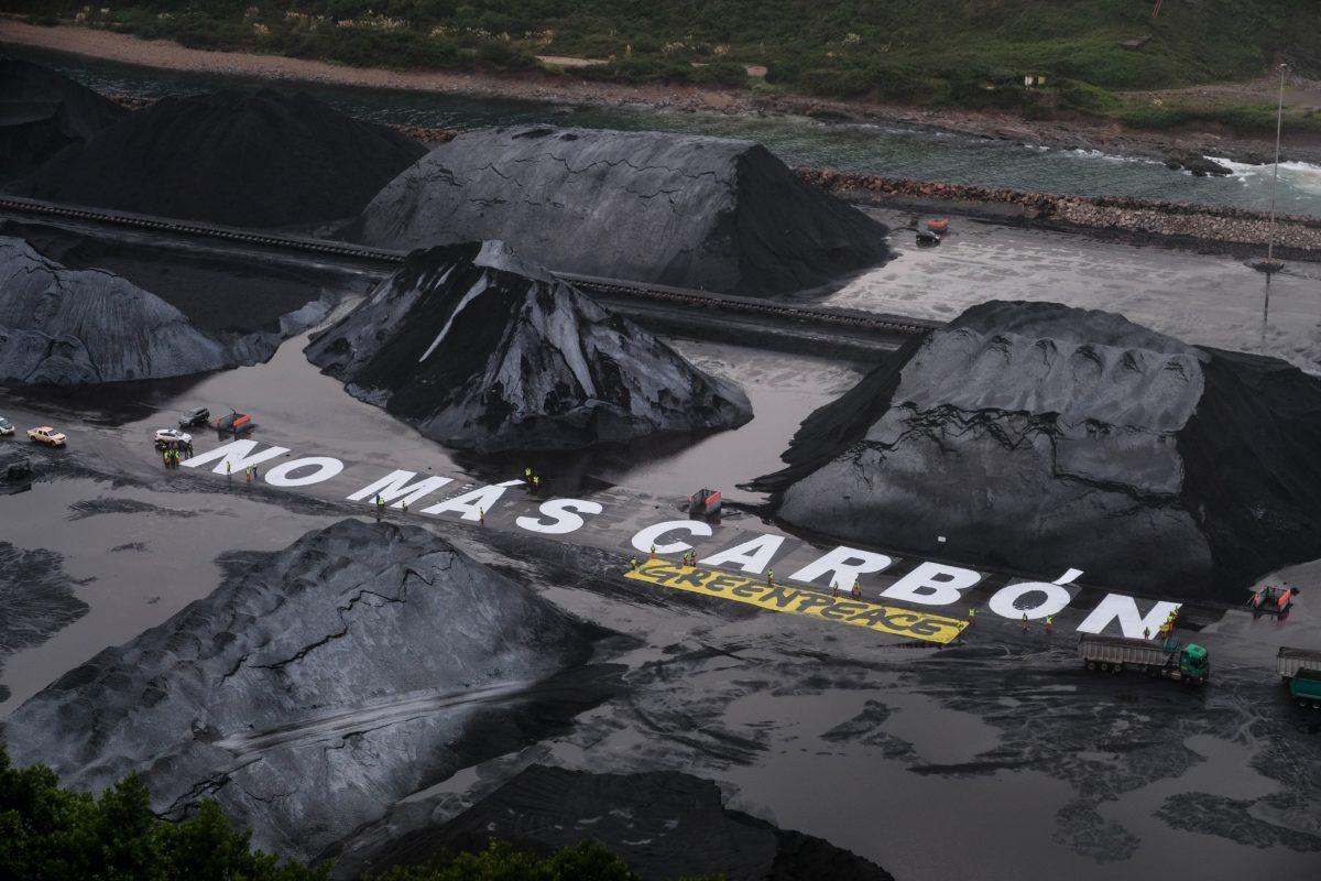 Protesta de Greenpeace en el puerto de El Musel, en Gijón contra la quema de carbón