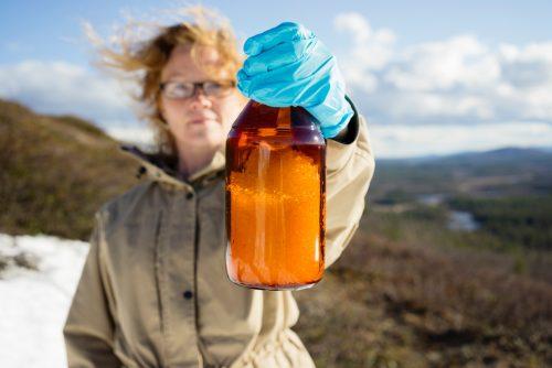 Una mujer sostiene muestras de nieve para examinar la presencia de tóxicos en la ropa de montaña durante la expedición a Treriksroset, el punto en el que se unen las fronteras de Suecia, Noruega y Finlandia.