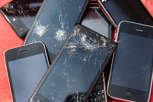 Una variedad de smartphones con la pantalla rota