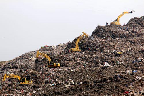 Excavadoras recogiendo basura en Indonesia
