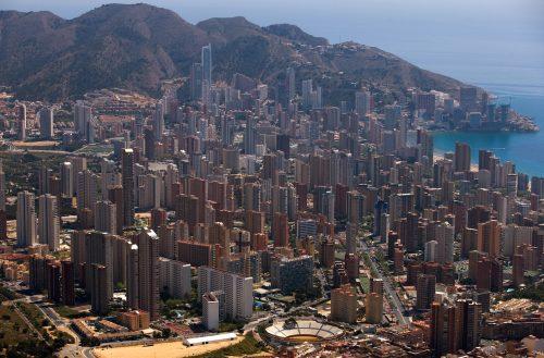Vista aérea de la edificación en Benidorm, situada a orillas del mar Mediterráneo, en la comarca de la Marina Baja.