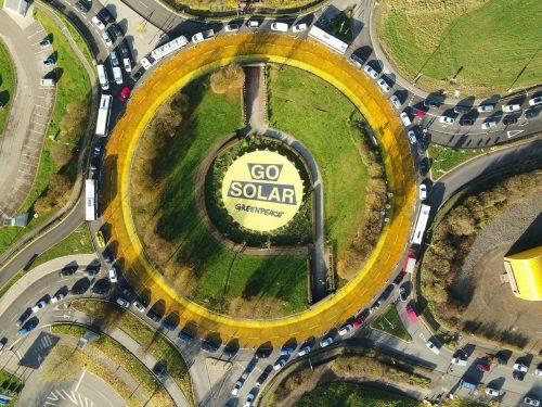 Acción de Greenpeace con la pancarta Go Solar