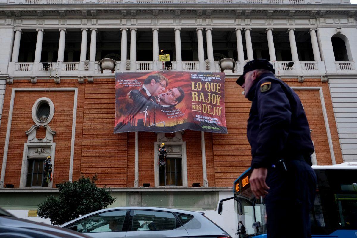 Acción de Greenpeace en el Palacio de la Música de Madrid contra la política energética del Gobierno