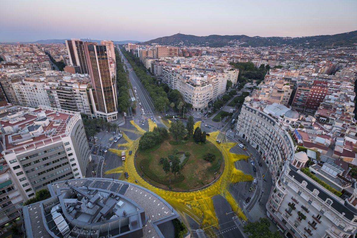 Coincidiendo con el solsticio de verano, una veintena de activistas de Greenpeace pintó en junio de 2017 un gigantesco sol de 50 metros de diámetro en la plaza de Francesc Maciá de Barcelona, en plena Diagonal, para apoyar a las energías renovables y reivindicar el fin del impuesto al sol