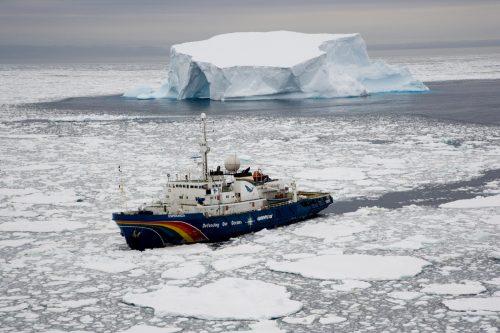 El barco Esperanza de Greenpeace se dirige a la Antártida atravesando el hielo del océano Antártico