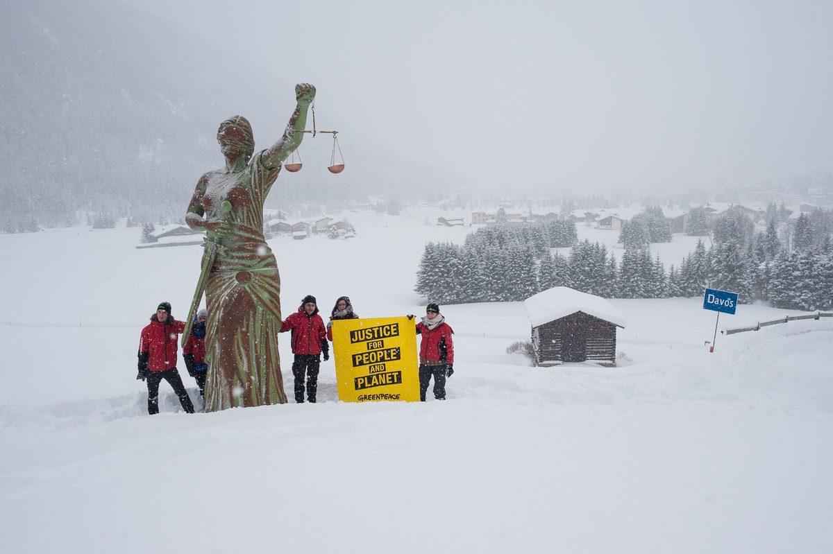 Activistas de Greenpeace colocan una estatua de la diosa Justicia a las afueras de Davos, en Suiza, para pedir justicia para el planeta y las personas a los participantes en la cumbre que reúne a dirigentes y empresas ricas del planeta