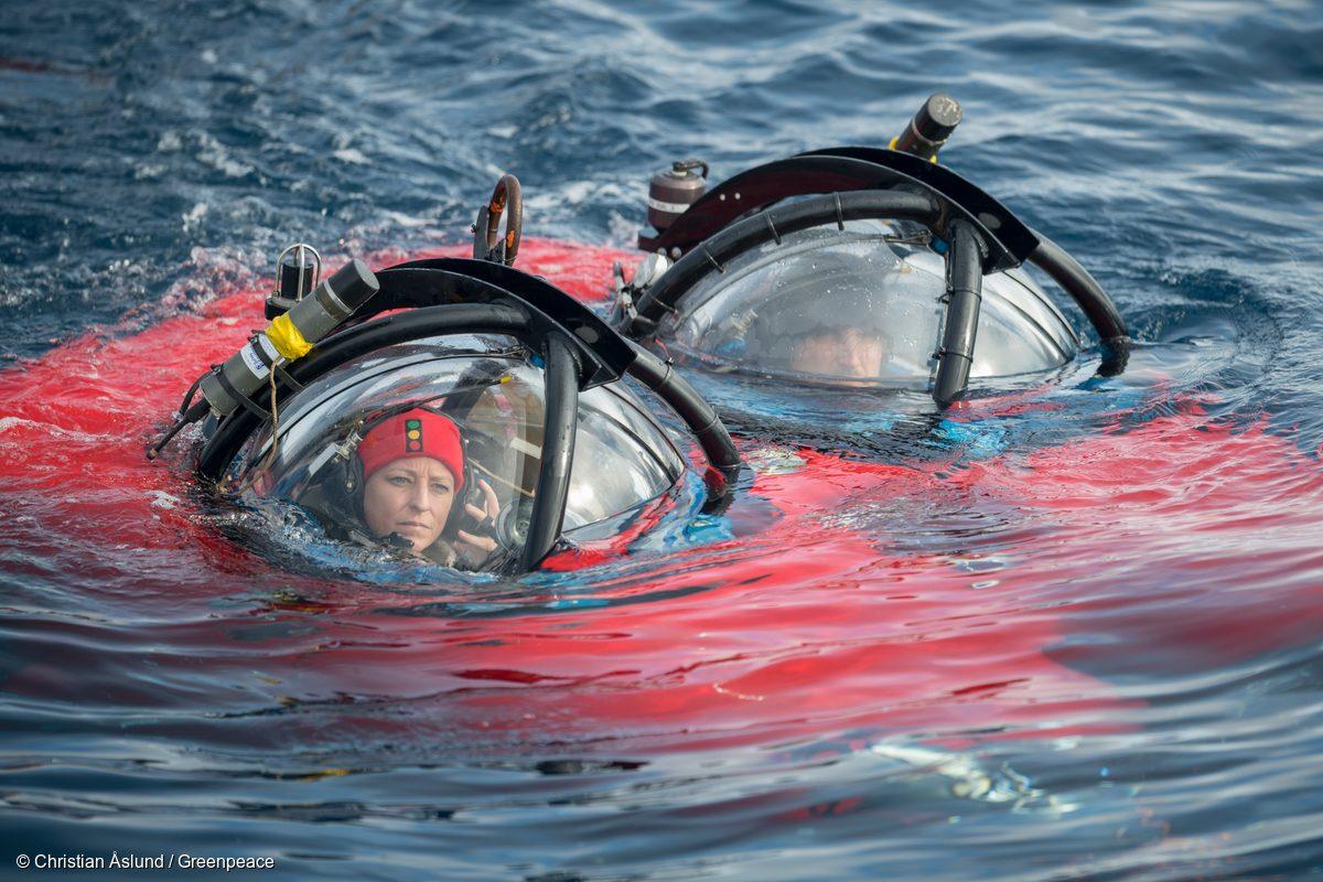 La Doctora Susanne Lockhart y el piloto de submarino John Hocevar sumergiéndose en las aguas antárticas en un submarino biplaza