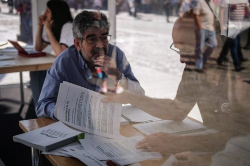 imagen de gente leyendo documentos