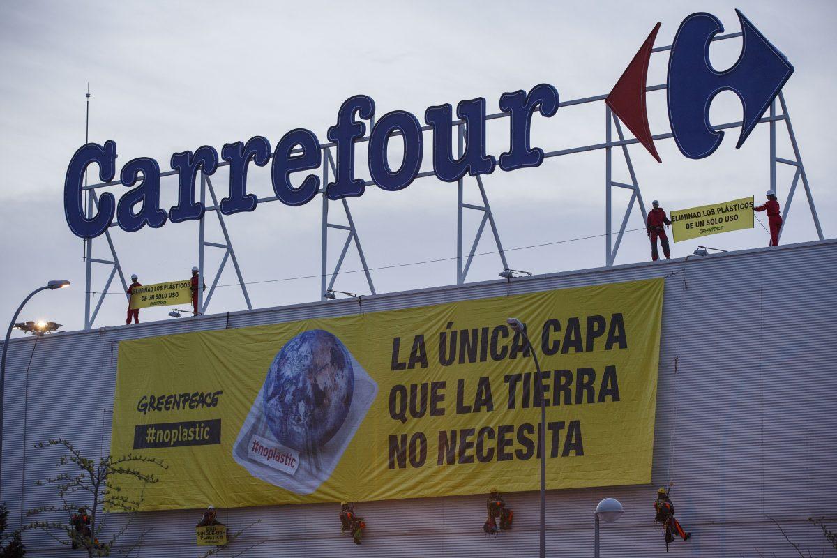 Activistas de Greenpeace han desplegado hoy dos grandes pancartas en el supermercado Carrefour del Centro Comercial La Gavia, de Madrid, para denunciar el uso masivo e innecesario de plásticos de un solo uso con los que los establecimientos alimenticios cubren sus productos