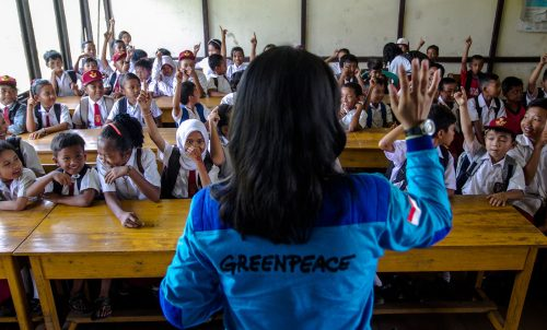 monitora de greenpeace en una clase con niños