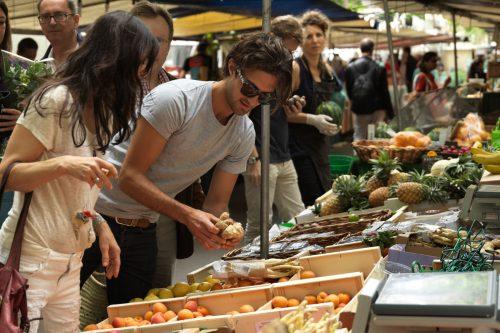 pareja mercado -  consumo responsable frutas y verduras