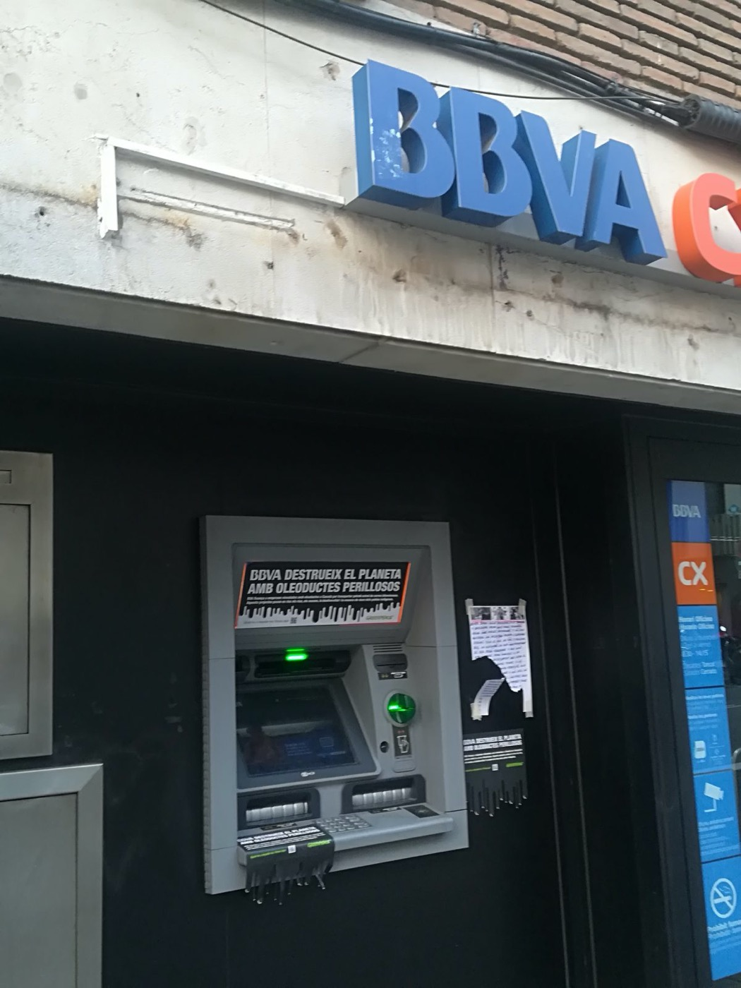 Cajero en Barcelona con el mensaje: BBVA destruye el planeta con oleoductos peligrosos