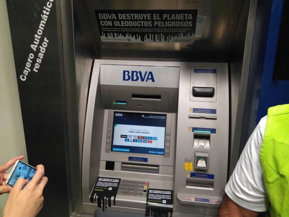 Actividad contra los oleoductos en los cajeros de BBVA de Burgos