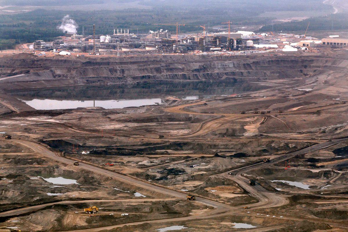 Mina de arenas bituminosas y refinería en Alberta, Canadá