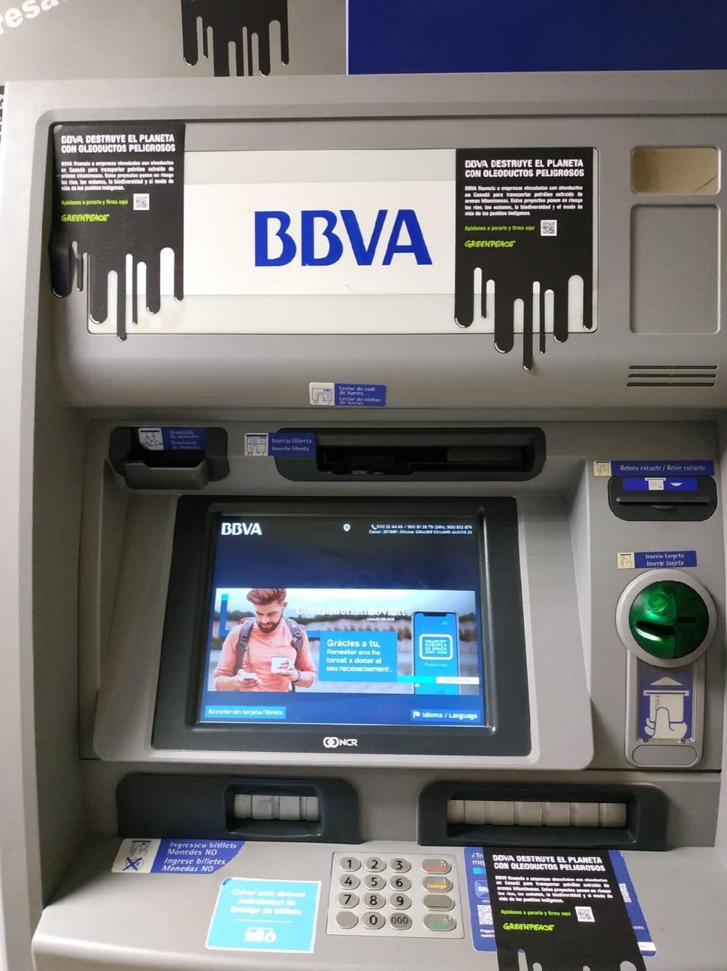Cajero del BBVA en Tarragona con mensajes contra los oleoductos