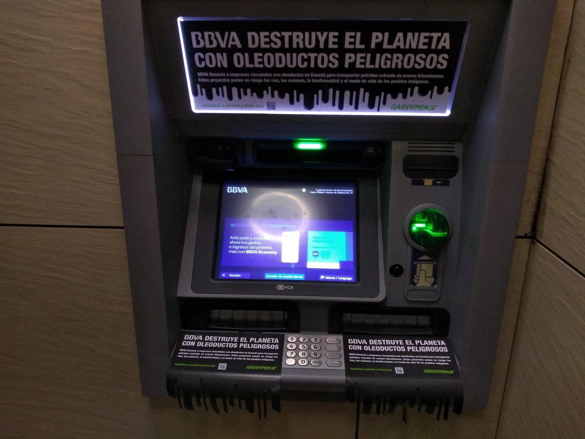 Cajero del BBVA en Málaga con información sobre oleoductos