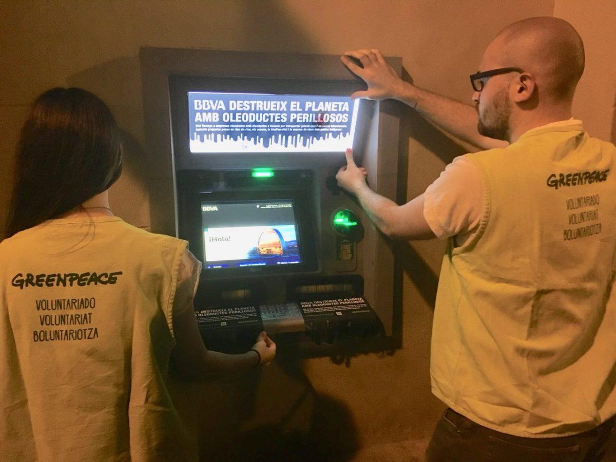 Actividad en los cajeros de Valencia sobre la financiación del BBVA a empresas de construcción de oleoductos