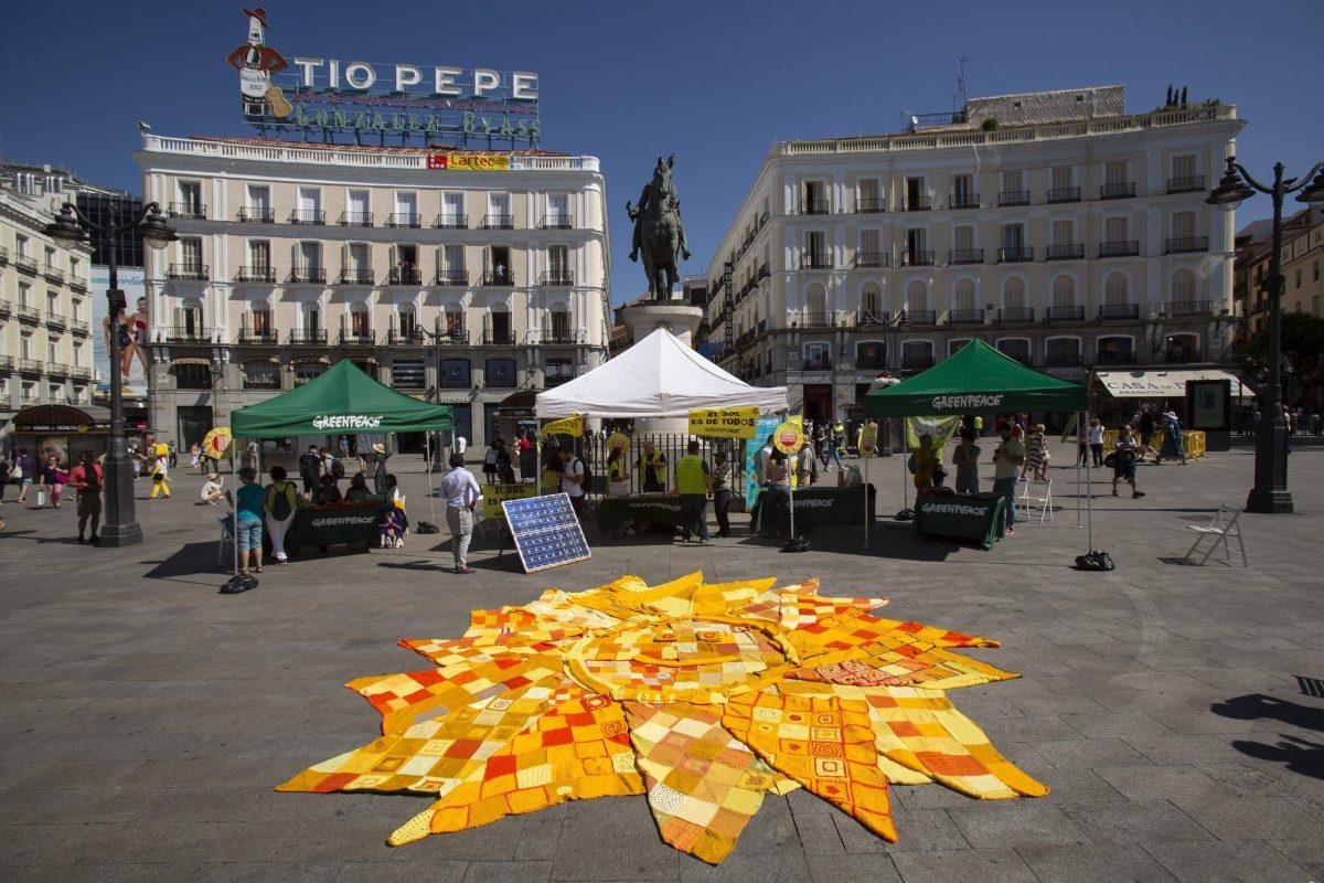 Sol de cinco metros hecho con mantas en la Puerta del Sol de Madrid