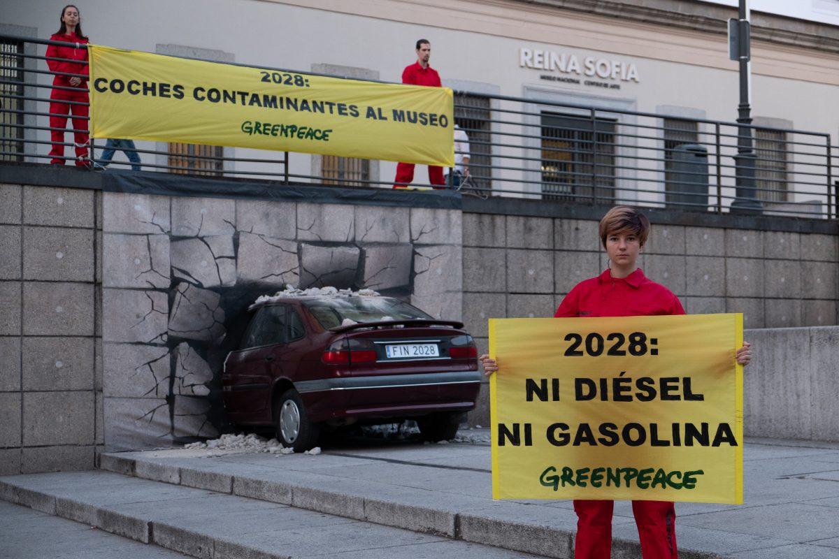 """Greenpeace """"lanza"""" un coche al Museo Reina Sofía para demandar que los coches diesel y gasolina sean historia en diez años"""