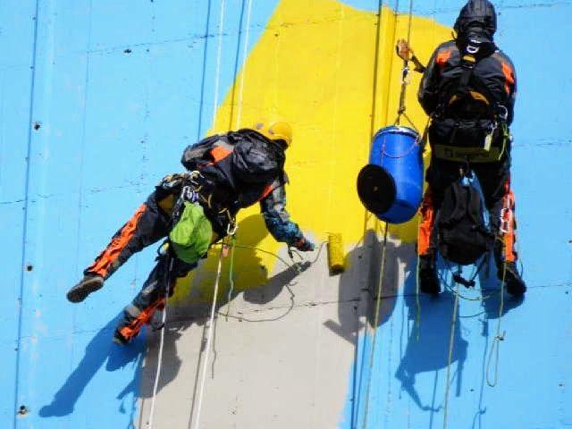 Activistas pintando la torre de refrigeración de la central térmica de Meirama