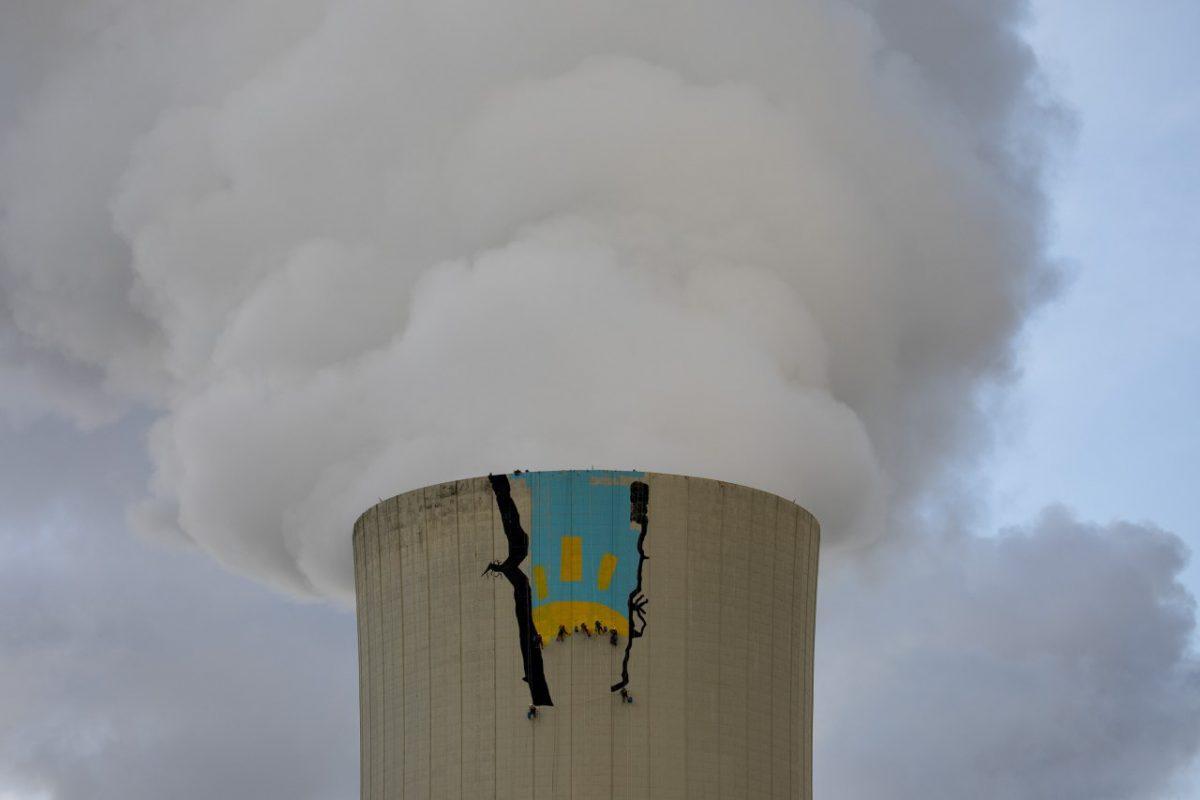 La pintura de Greenpeace en la torre de refrigeración de la central térmica de Meirama