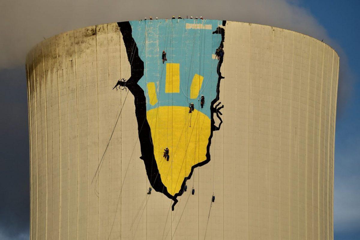 últimos retoques en la pintura gigante en la enorme torre de refrigeración de la planta de Meirama