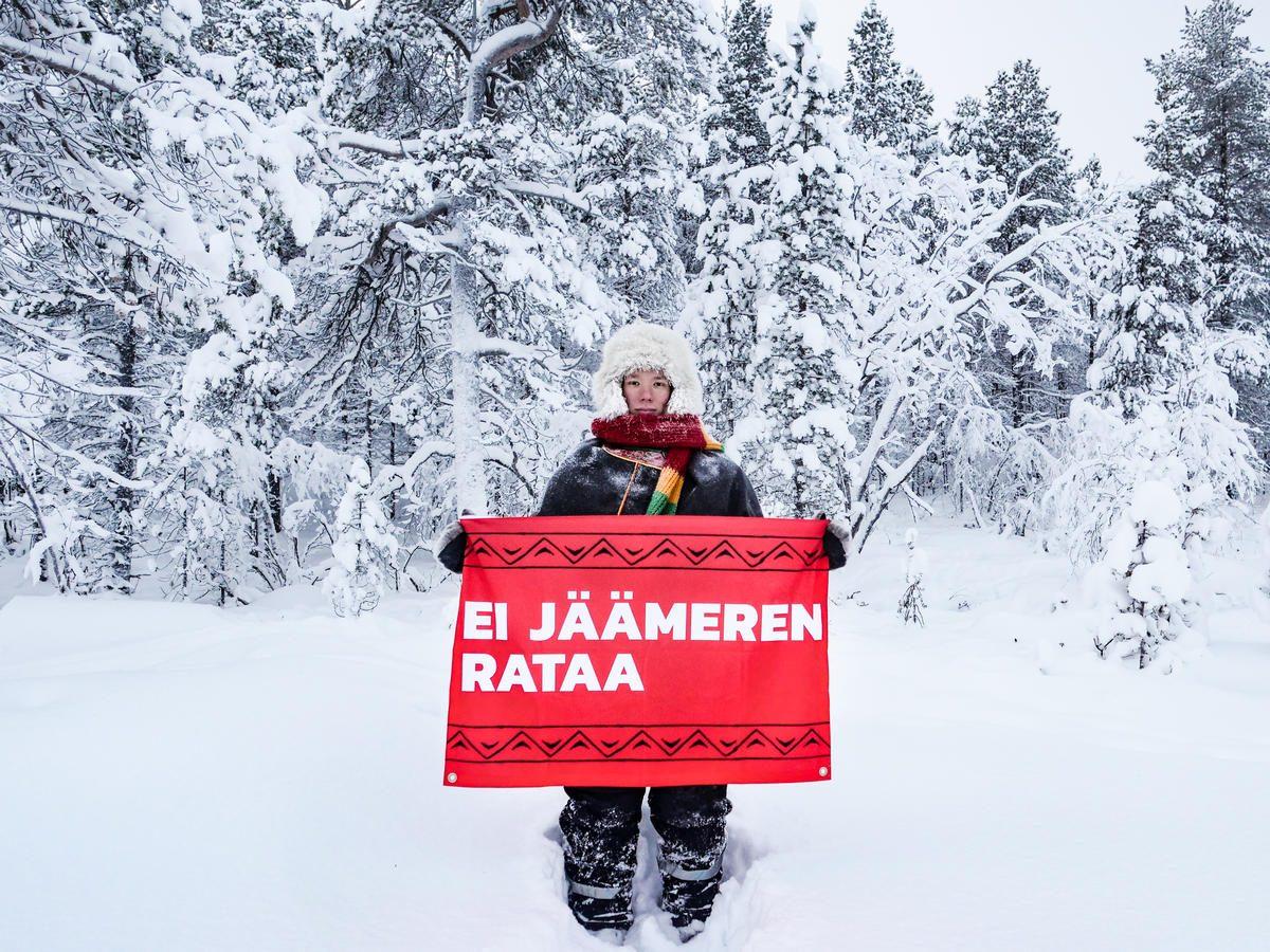"""Jussa Seurujärvi sujeta una pancarta con el lema """"Nuestra tierra, nuestro futuro"""""""