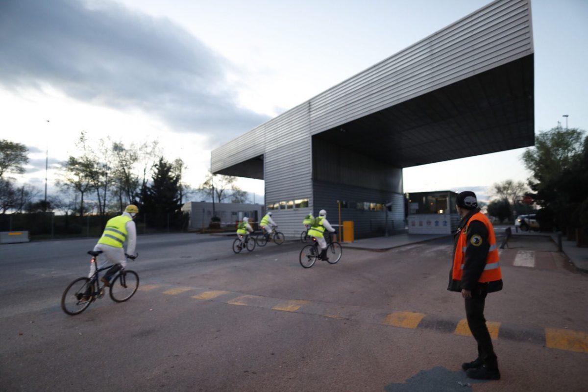 activistas entran en bicicleta en valdemingomez