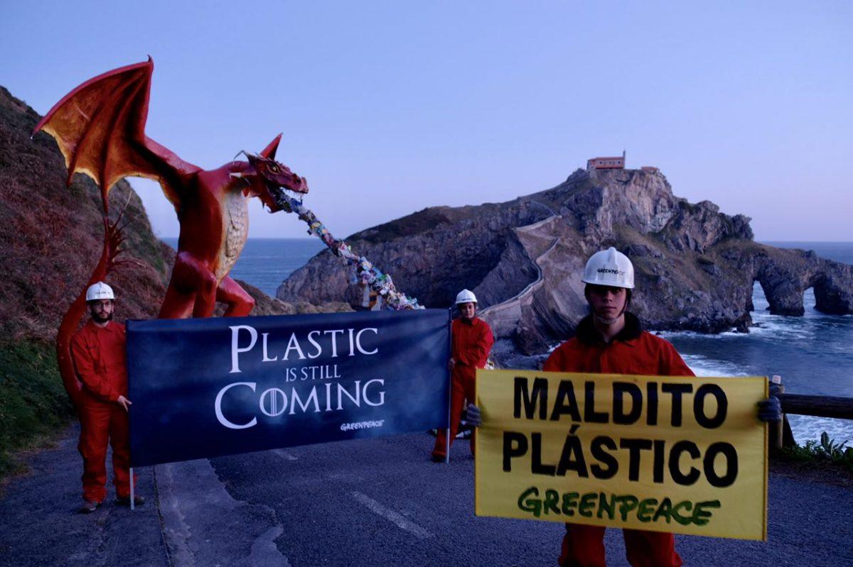 Instalamos un dragón de 4 metros para señalar a las empresas del maldito plástico