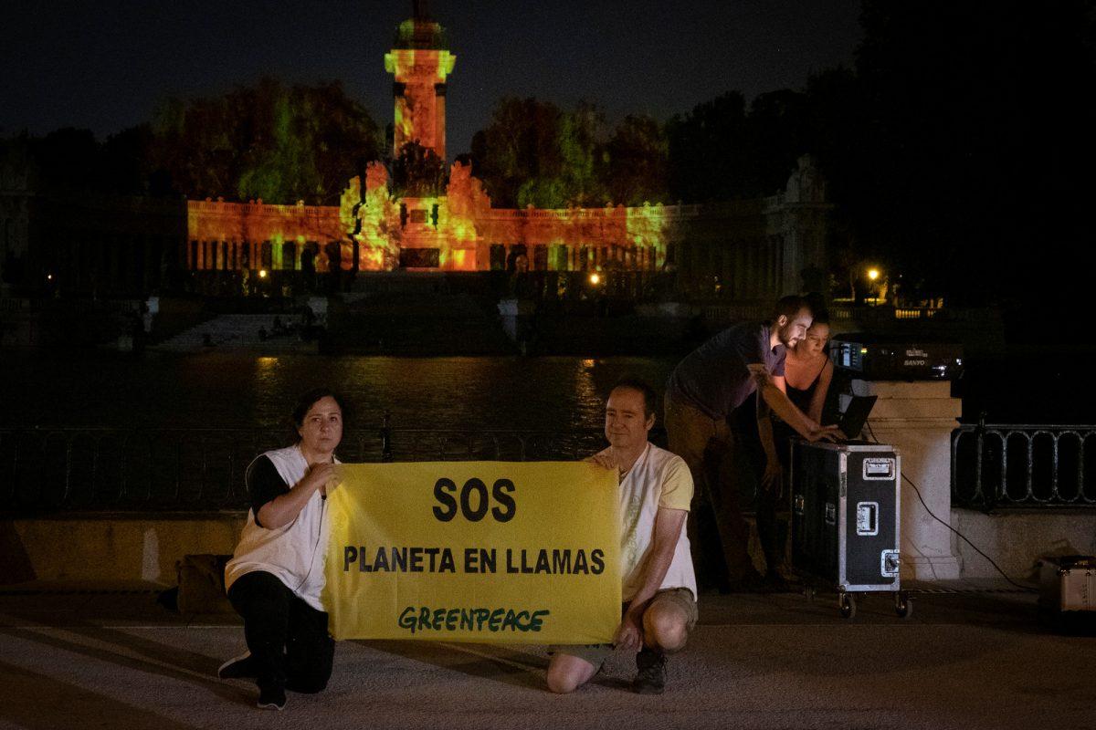 """Greenpeace """"incendia"""" el Retiro en el Día de Acción Global por la Amazonía"""