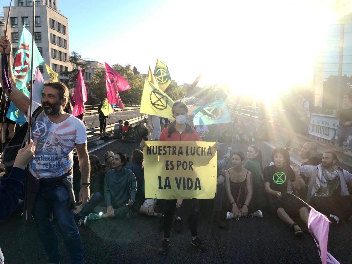 Activistas en el puente de Nuevos Ministerios