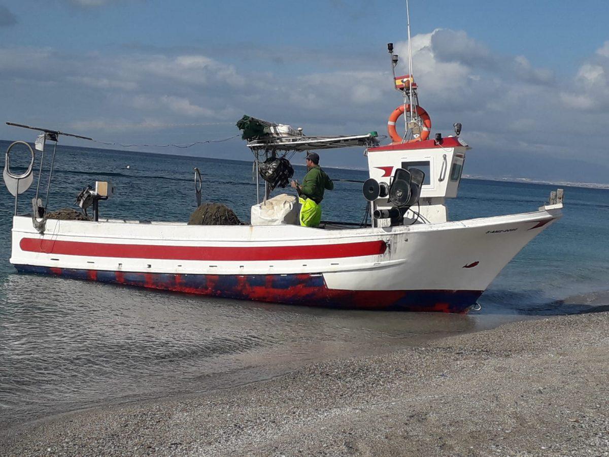 Embarcación de la Asociación Pescartes en el Cabo de Gata, Almería