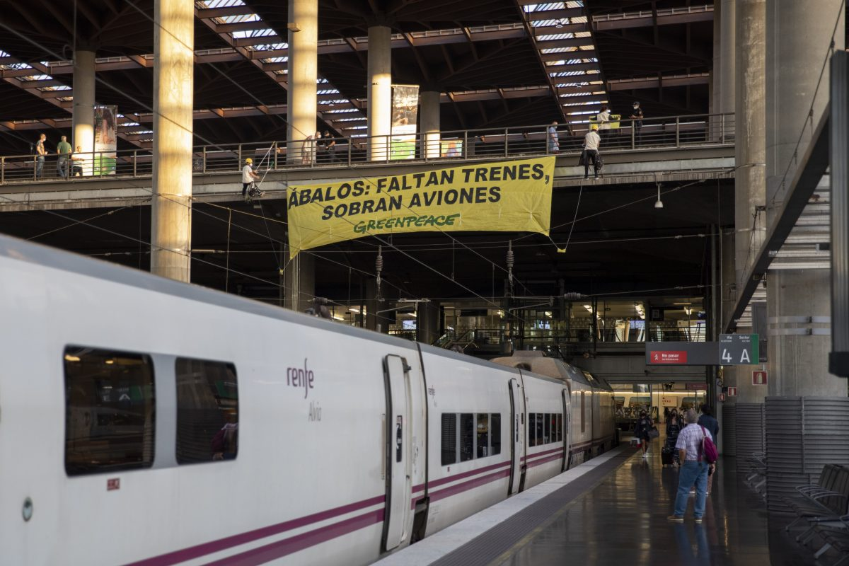 """Acción Greenpeace Madrid """"faltan trenes, sobran aviones"""""""
