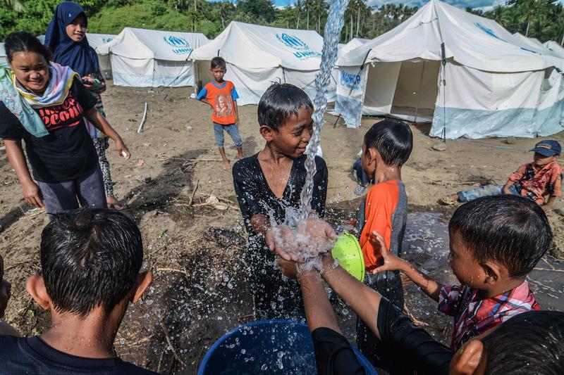 Niños refugiados Indonesia jugando