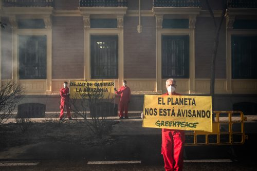 Protesta ante la embajada de Brasil contra los incendios