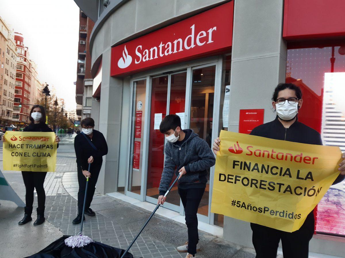 Protesta en Valencia en el Banco Santander