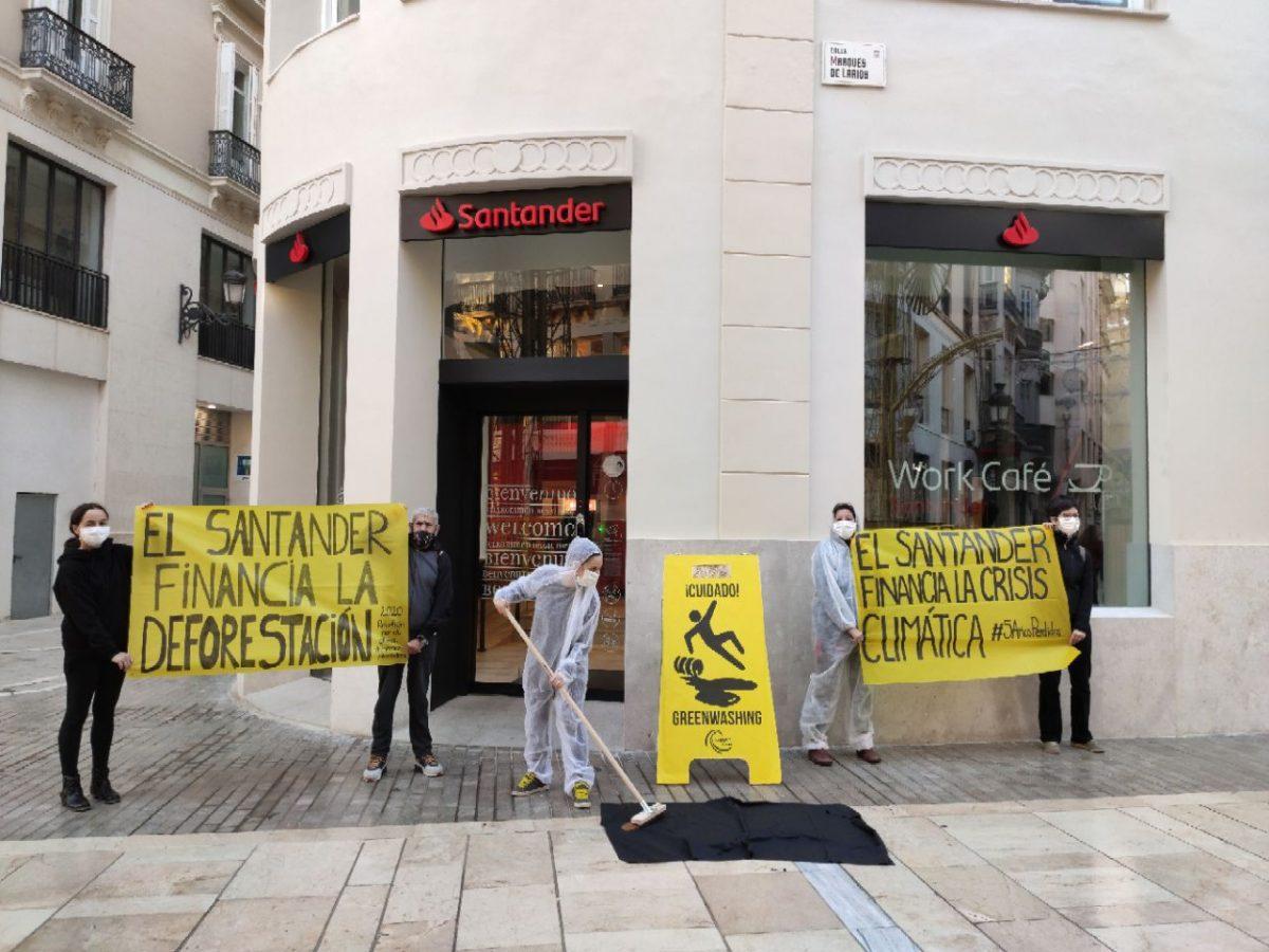 Protesta en el Banco Santander en Sevilla