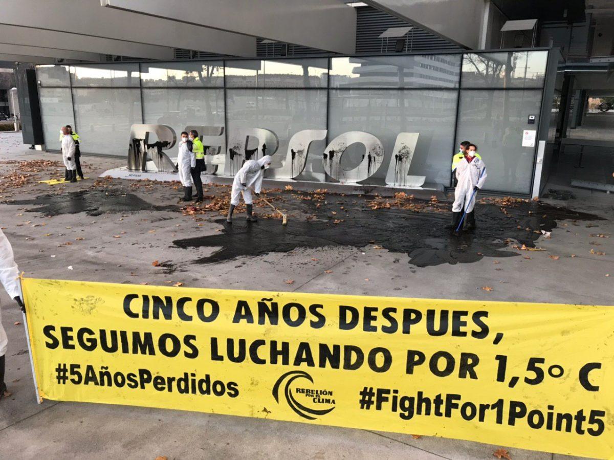Protesta en la sede de Repsol