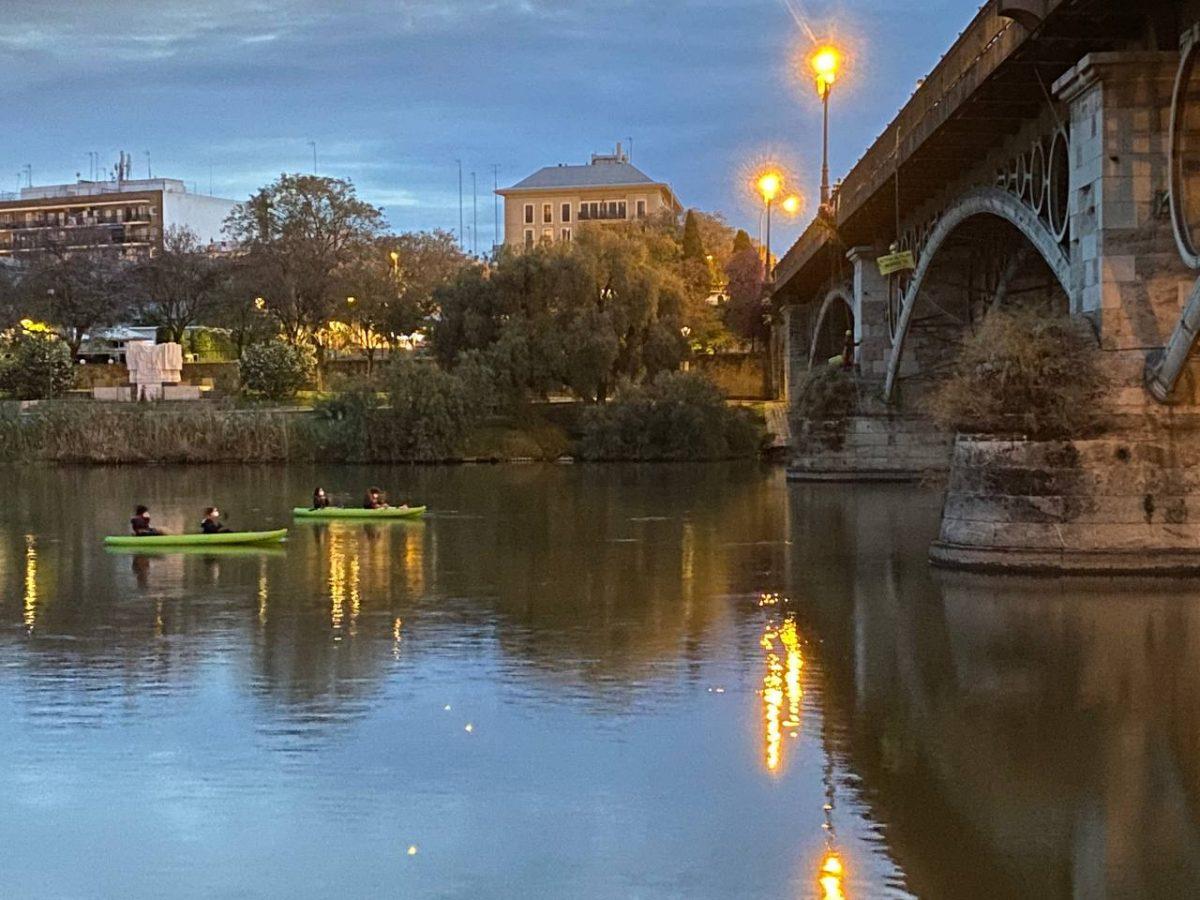 Activistas de Greenpeace en el puente de Triana, Sevilla. Foto: Greenpeace.