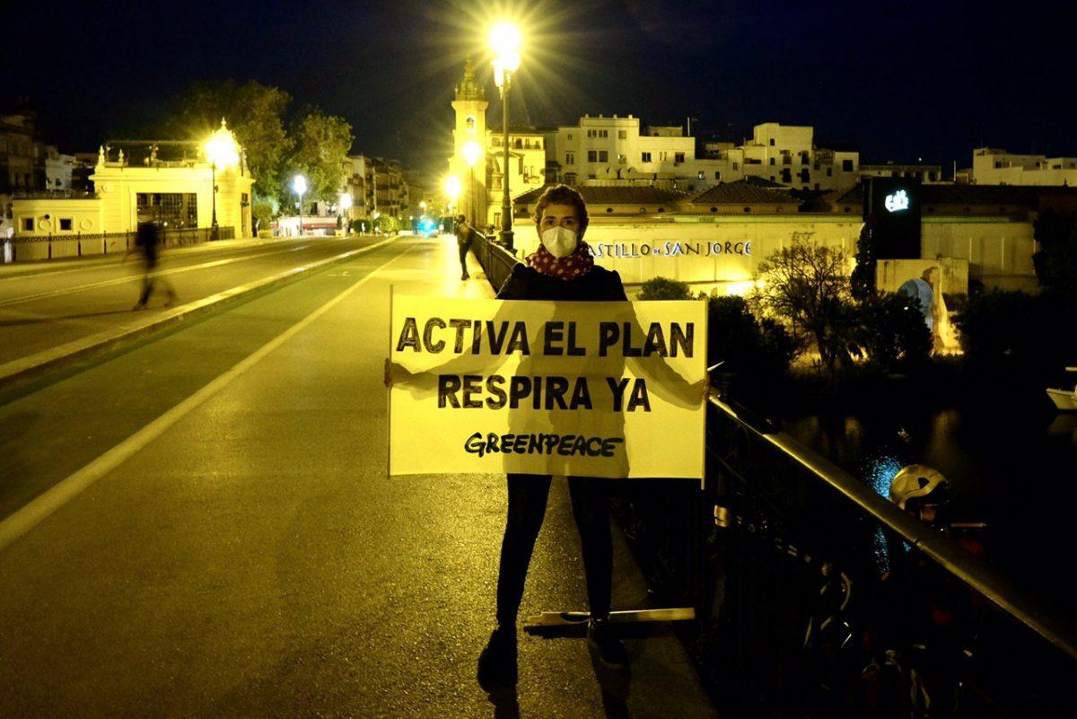 Activistas de Greenpeace en el puente de Triana, Sevilla. Foto: Pedro Armestre.