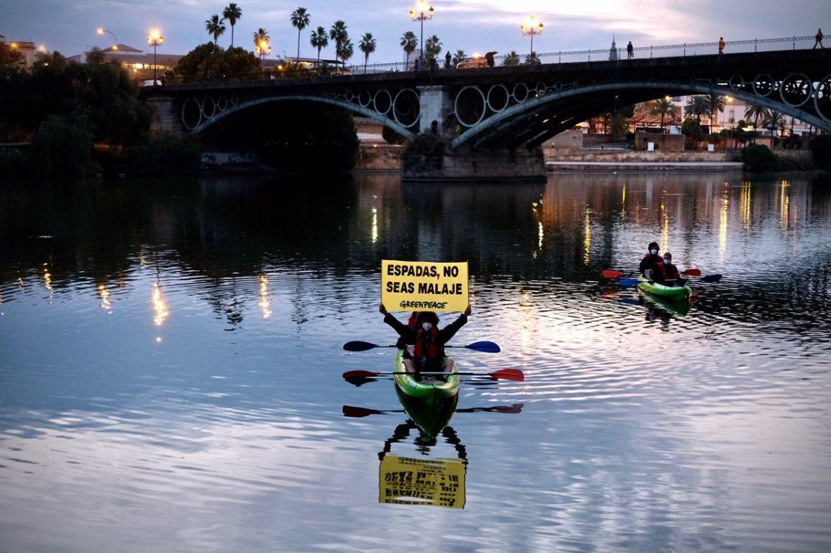 Activistas de Greenpeae piden la activación YA del Plan Respira en Sevilla. Foto: Pedro Armestre