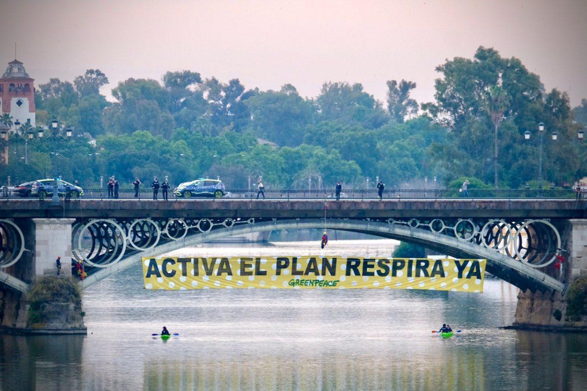 Mensaje para el alcalde de Sevilla: ACTIVA EL PLAN RESPIRA YA. Foto: Pedro Armestre.