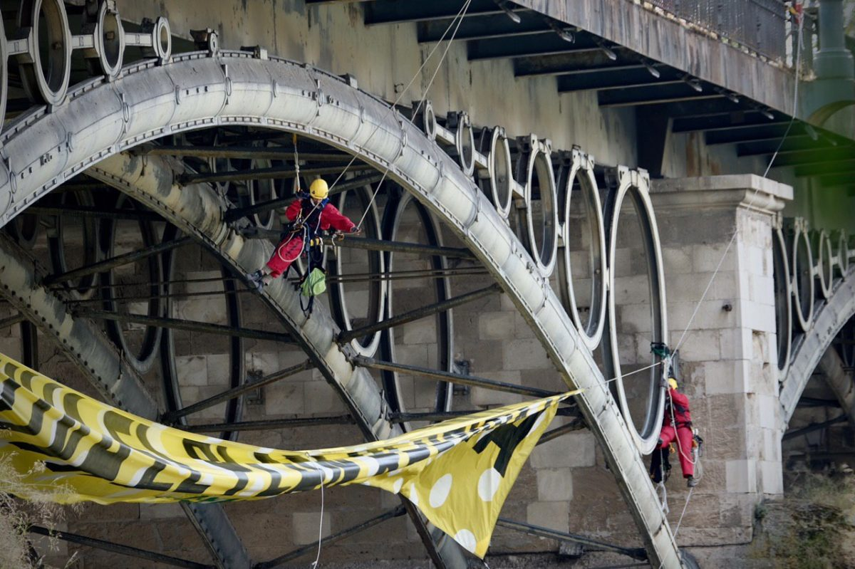 Activistas de Greenpeace en el Puente de Triana, Sevilla. Pedro Armestre.
