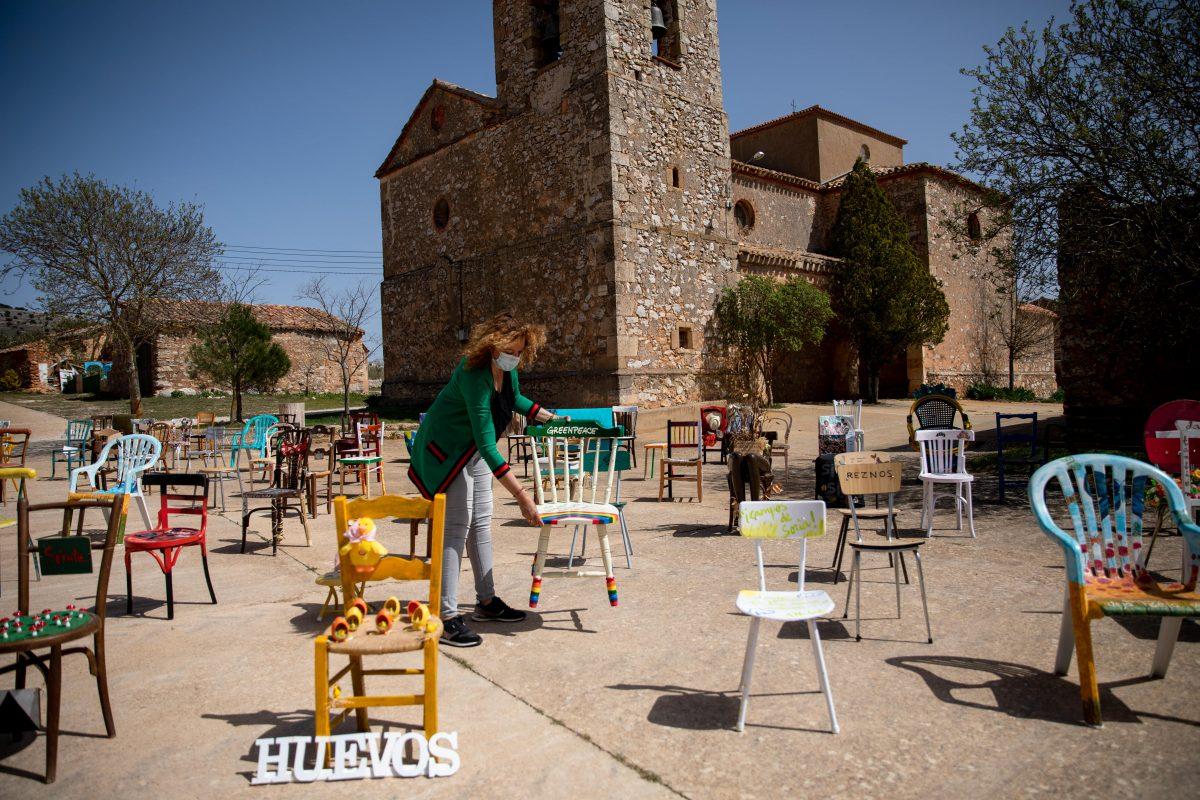 """Greenpeace dona una silla colores del arcoiris al proyecto """"Sillas solidarias"""" contra la despoblación. ©Greenpeace Handout/Pablo Blázquez"""